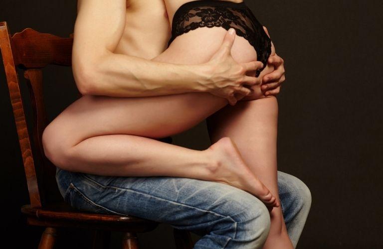 uomo e donna avvinghiati